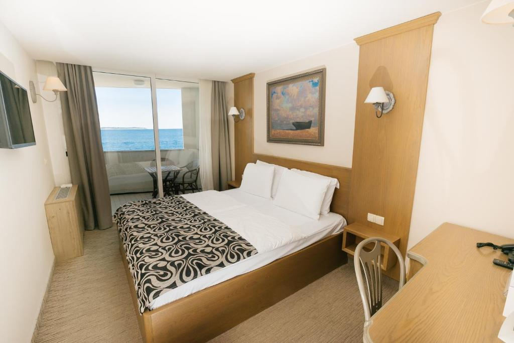 DOUBLE ROOM WITH A VIEW OF THE SEA AND WITH BALCONY